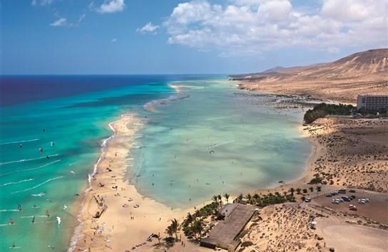 Ostrov Fuerteventura, dlouhé pláže se zátokou - pohled shora